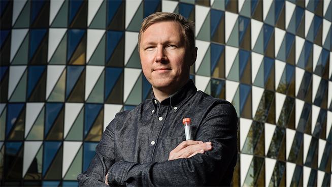 Petter Brodin håller i ett provrör