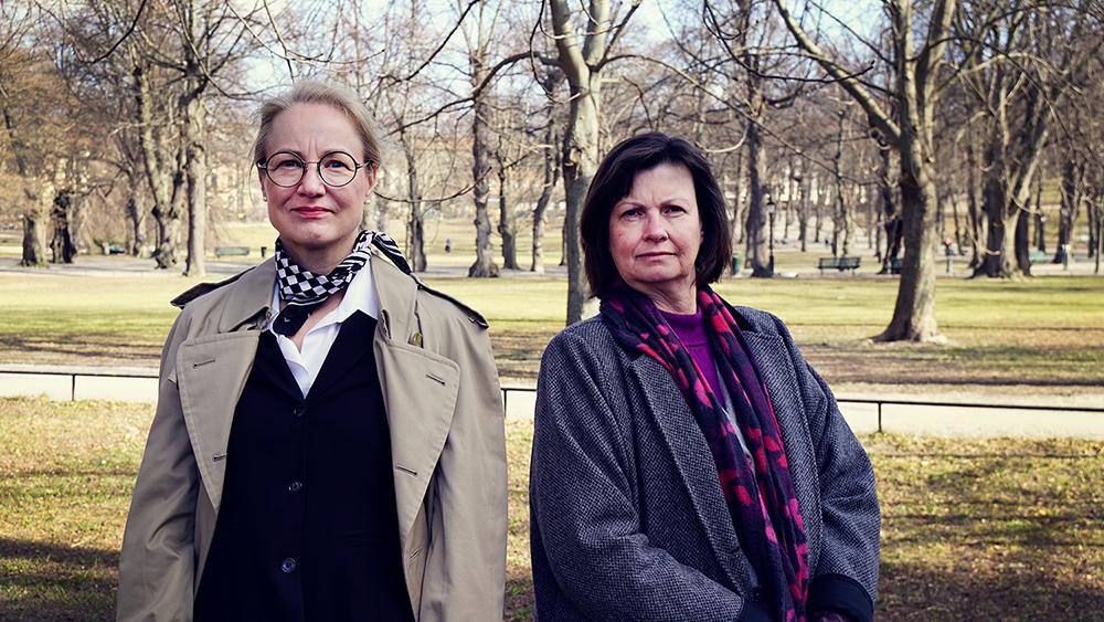 två kvinnor i park