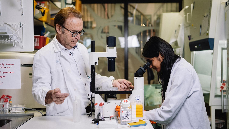 man och kvinna i ett laboratorium