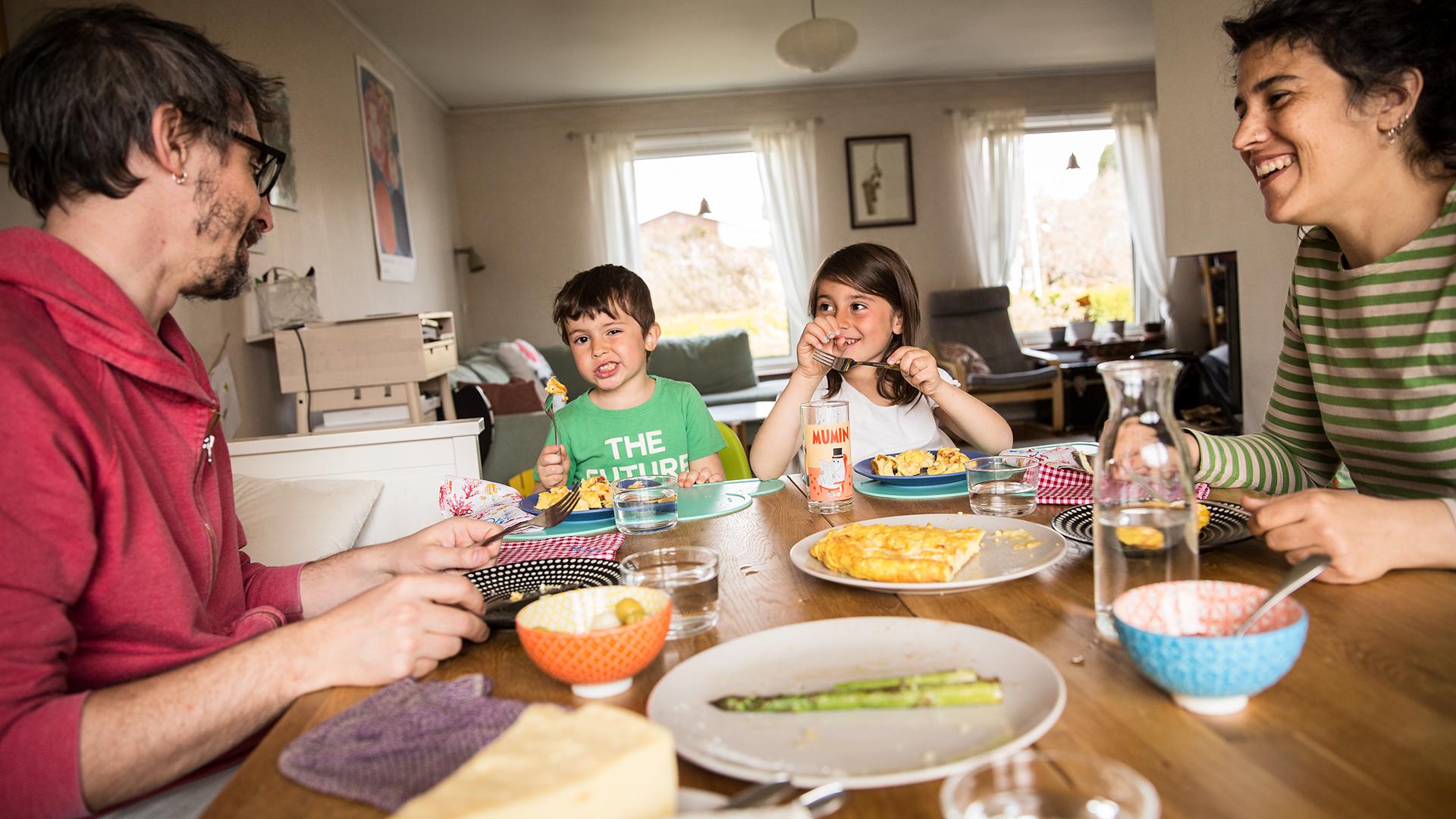 Familjen Alvarez Martinez sitter runt middagsbordet