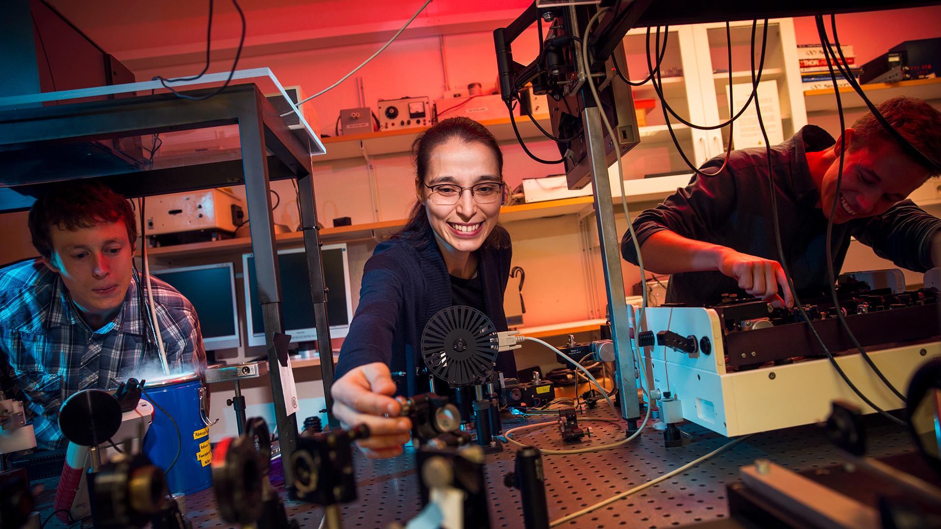 Betül Küçüköz arbetar i labbet med sina kollegor på fysikinstitutionen vid Chalmers tekniska högskola i Göteborg.