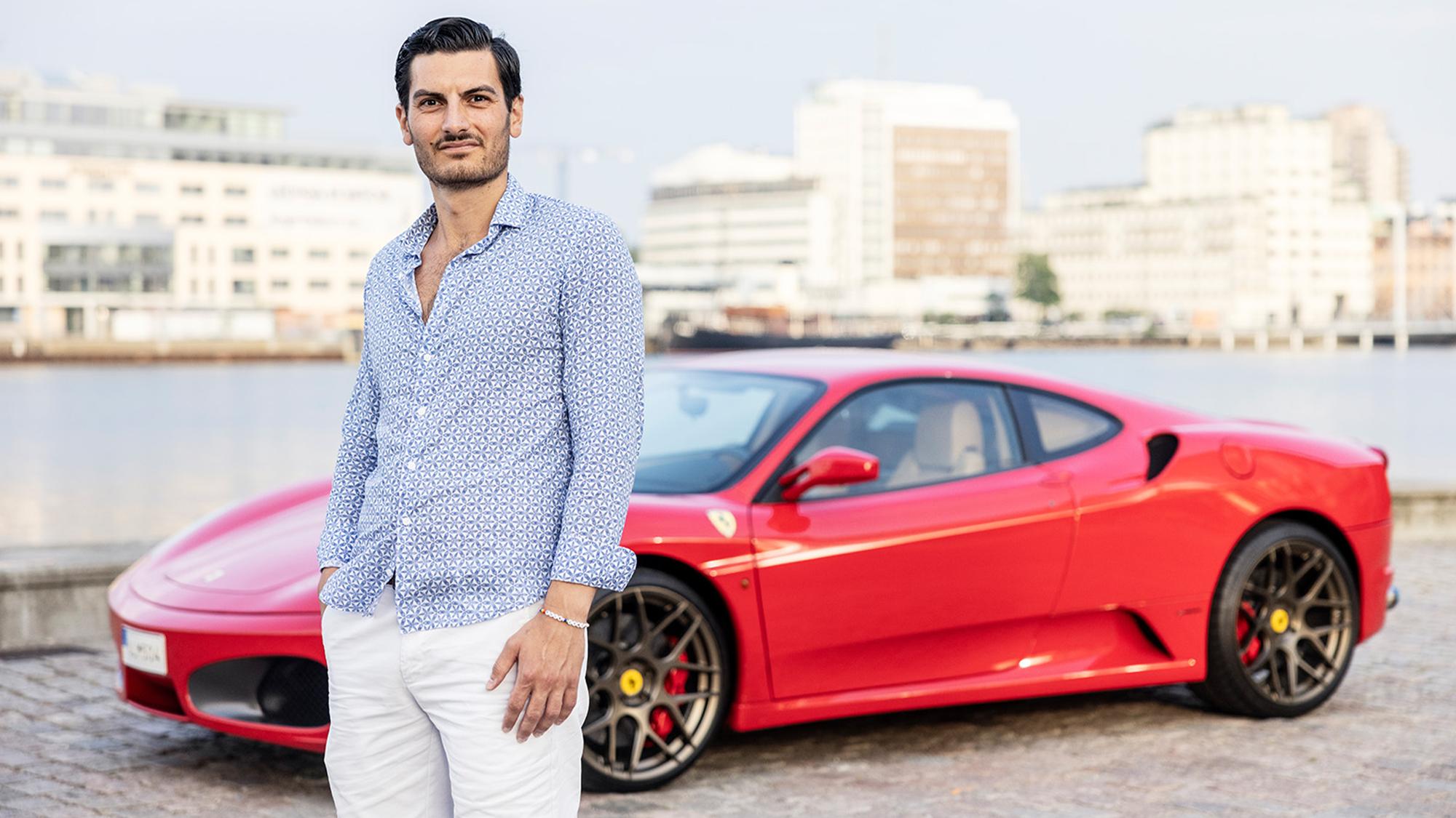 Tamer Senyüz står framför sin röda Ferrari