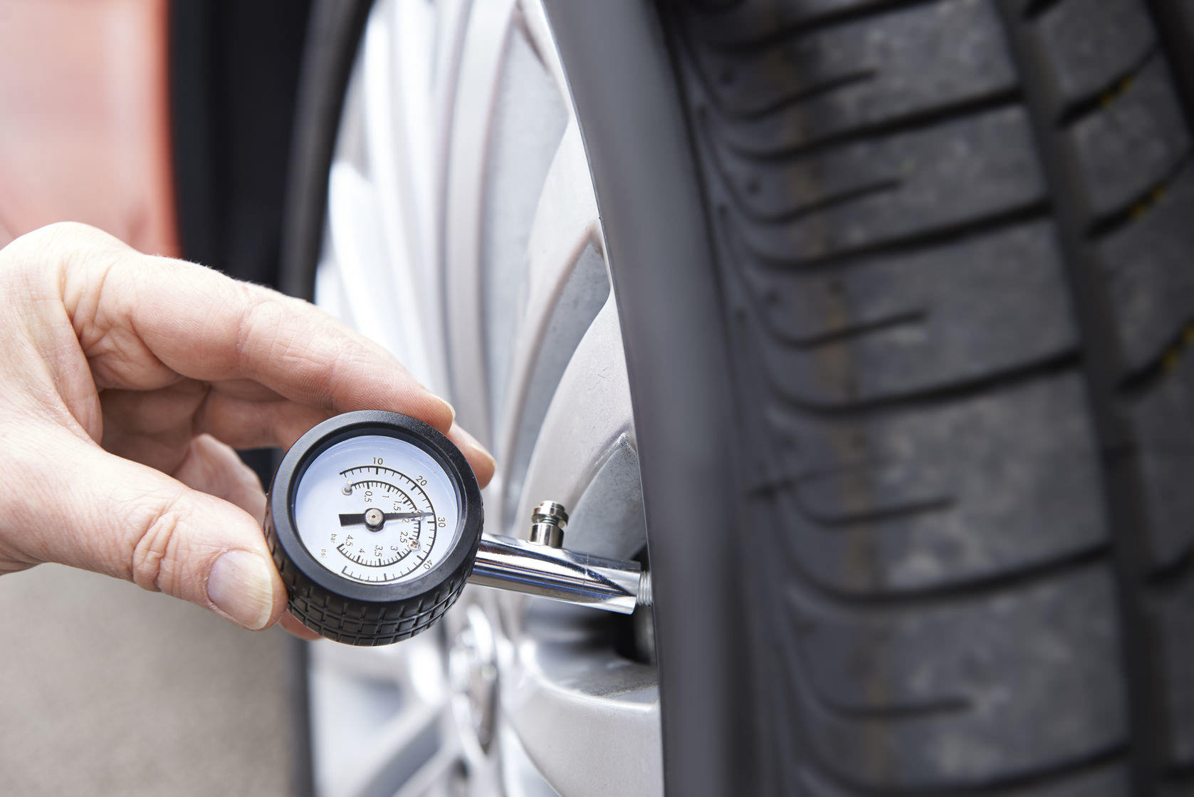 Pressure gauge measuring quality of repaired punctured tyre