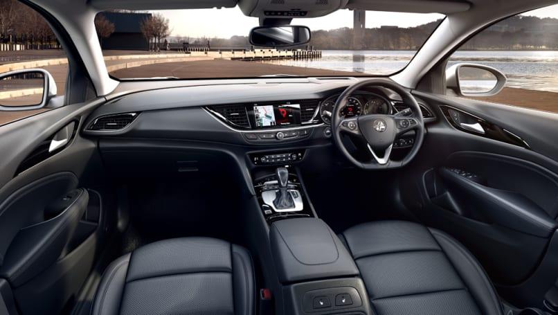 Bên trong, những thay đổi ít được chú ý hơn với việc bổ sung một loạt các công nghệ an toàn và hỗ trợ lái xe.