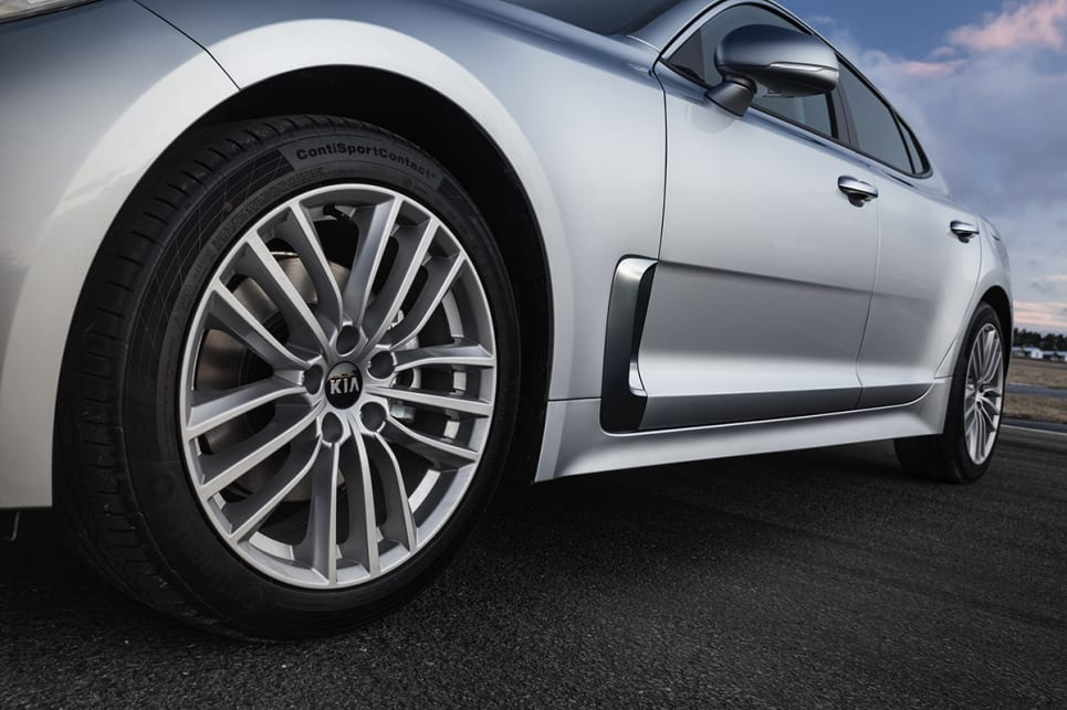 The 200S and 200Si wears18-inch silver, multi-spoke alloys. (2018 Kia Stinger 200S pictured)
