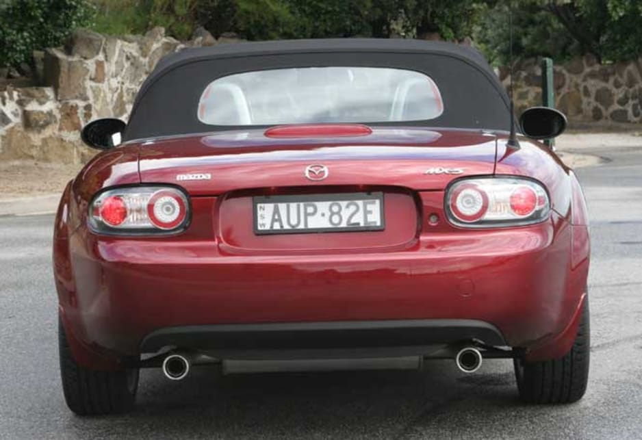 https://res.cloudinary.com/carsguide/image/upload/f_auto,fl_lossy,q_auto,t_cg_hero_large/v1/editorial/dp/albums/album-1425/lg/Mazda-MX-5-2005-7-11.jpg