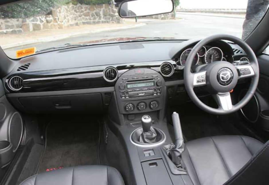 https://res.cloudinary.com/carsguide/image/upload/f_auto,fl_lossy,q_auto,t_cg_hero_large/v1/editorial/dp/albums/album-1425/lg/Mazda-MX-5-2005-7a-gl.jpg