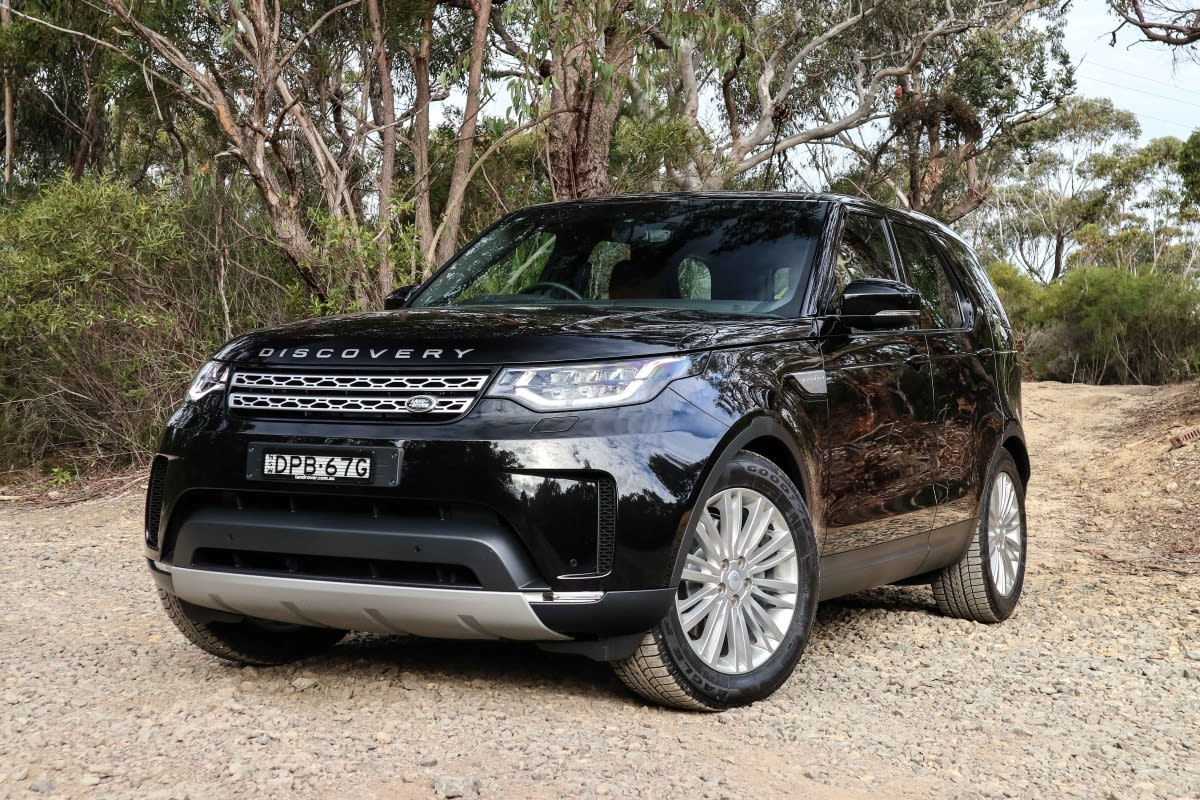 https://res.cloudinary.com/carsguide/image/upload/f_auto,fl_lossy,q_auto,t_default/v1/editorial/land-rover-discovery-sd4-hse-black-tr-1200x800-%281%29.jpg