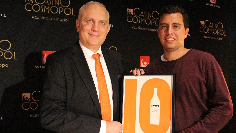 Casino Cosmopols VD Per Jaldung tar emot diplomet från IQ