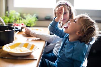 jongen-eet-spaghetti