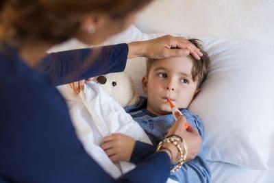 jongetje ziek thermometer