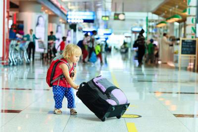 vakantie reis vliegen vliegreis kind koffer schiphol vliegveld