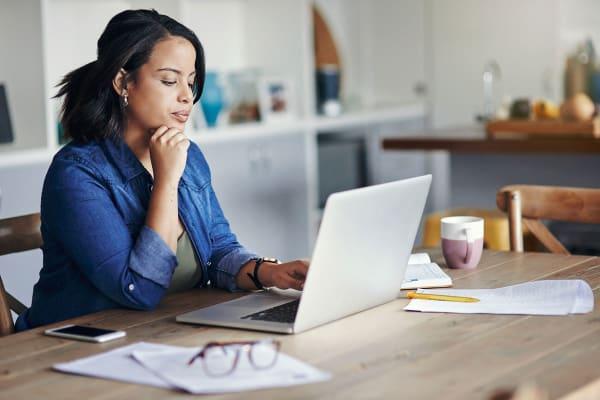 verzekering-vrouw-laptop
