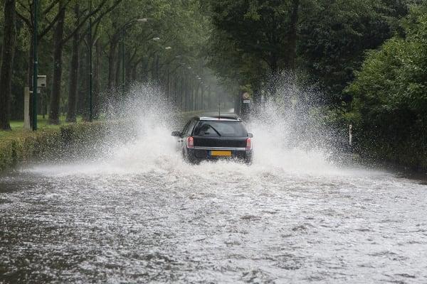 overstroming-straat-auto