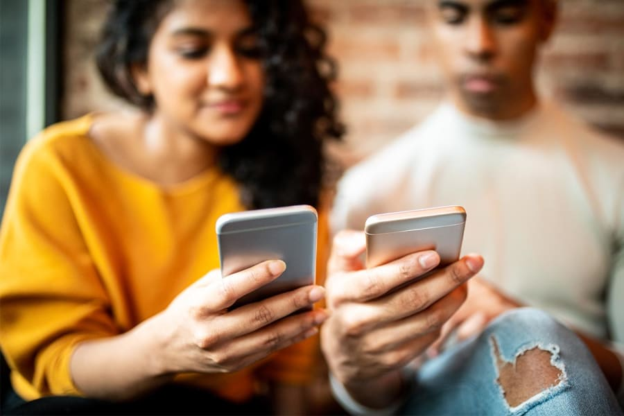 Facebook actie jongeren op mobiel