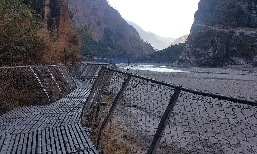 Cantilever Bridge on the way to Jagat from Yaru Bagar