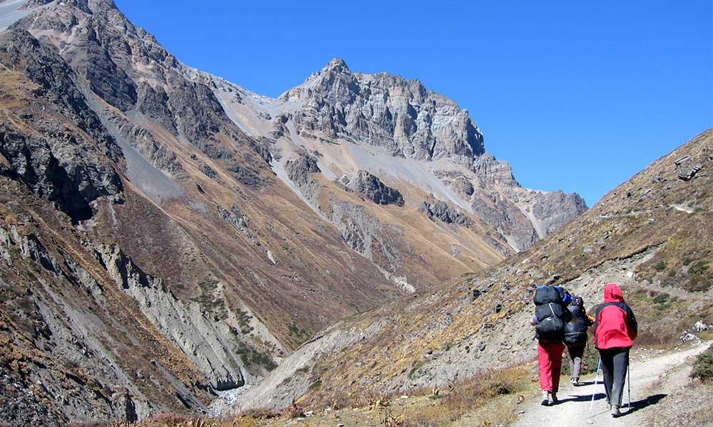 Trekkers on the way to Yak Kharka