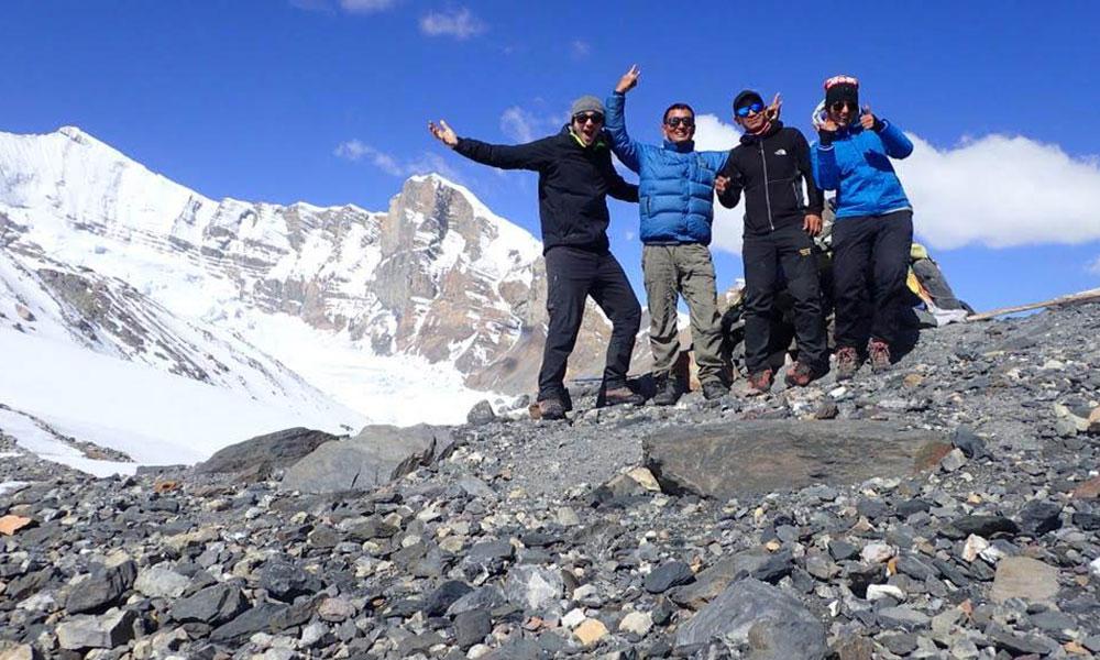 Tourists at Teri La Pass