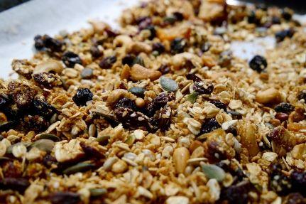 En sund snack mens du er på farten: Lav dine egne müslibarer med bær, kokos og vanilje