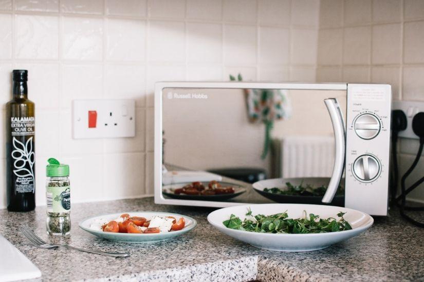 Er det farligt at lave mad i en mikroovn?