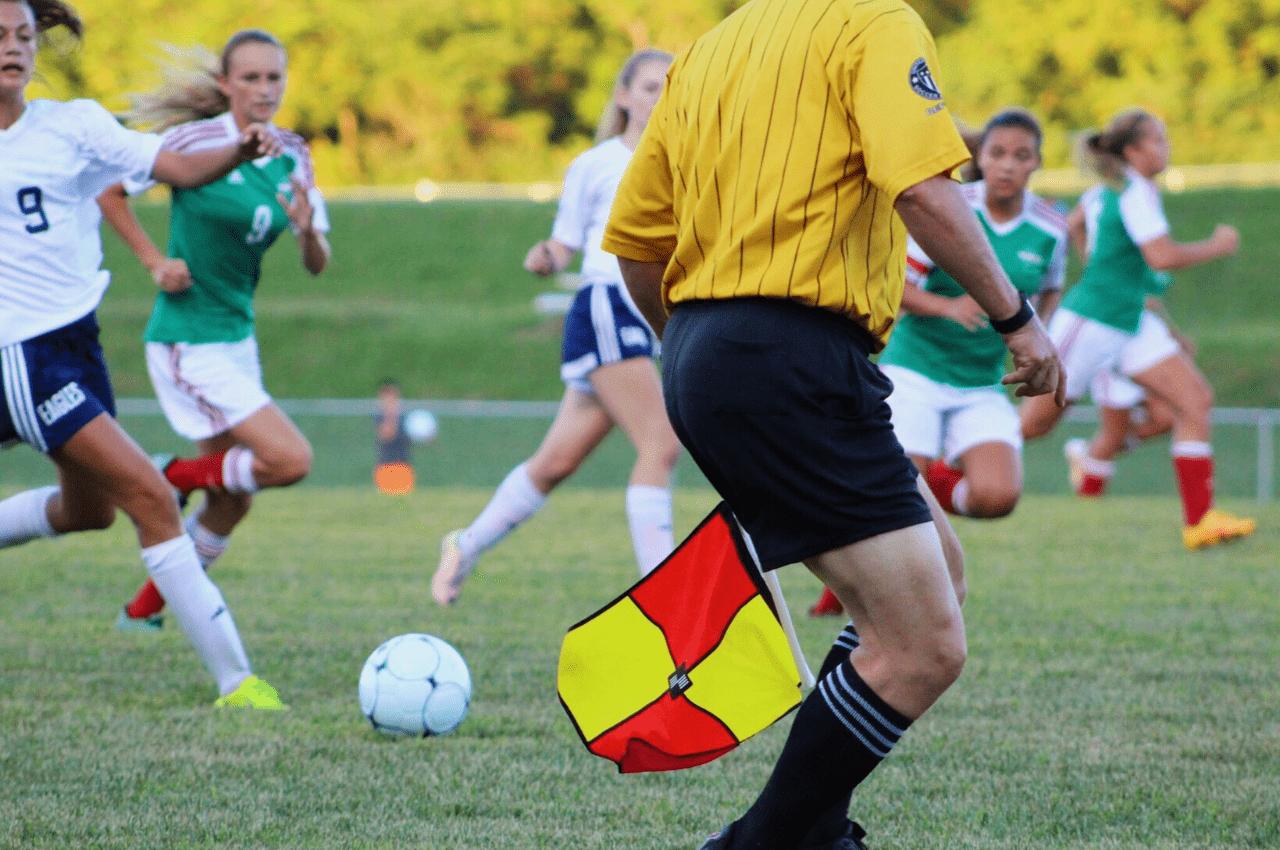 Hvor langt løber en dommer i en fodboldkamp?