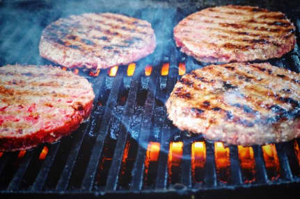 Fed og snasket burger med blåskimmelost og bløde løg