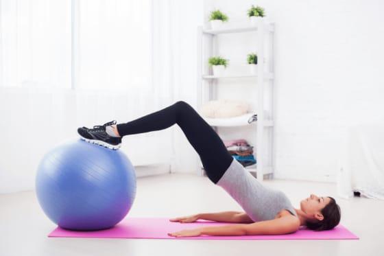 Pilates øvelser med stor bold