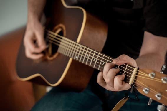 Sådan lærer du at spille guitar