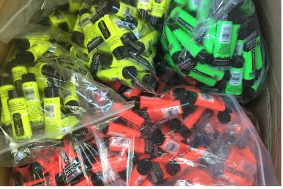 Ung iværksætter slår igennem med UV-maling og farvepulver i Danmark