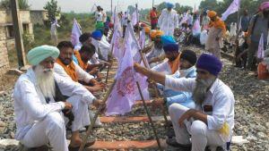 Indian farmers block roads