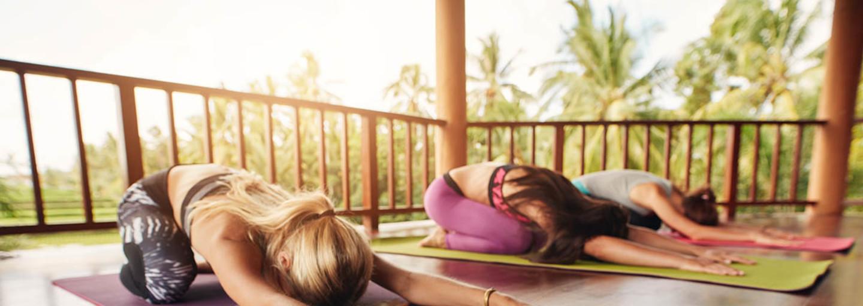 Persone praticano esercizi per rilassare la mente