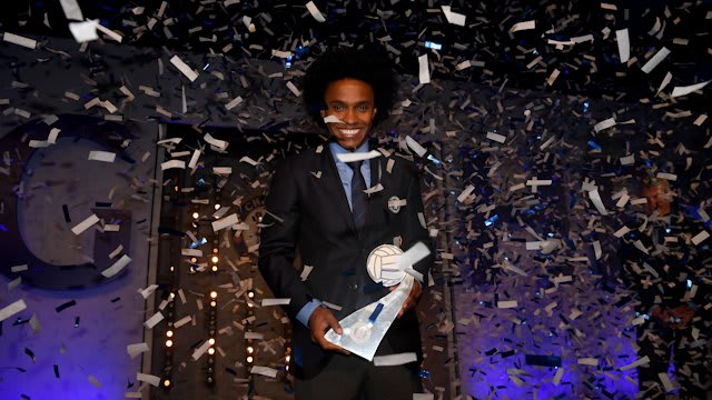 Willian collects his 2016 Player of the Year award