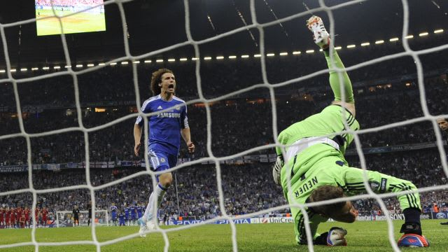 David Luiz scores past Manuel Neuer from the penalty spot