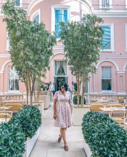 {london tip} one of the most majestic museums in the heart of the city is the @wallacemuseum. Have a peruse through the rooms and rooms of works of art collected in the eighteenth and nineteenth centuries and end with an afternoon tea or a glass of pink bubbles at @peytonandbyrne 🍰 Dress from @joanieclothing