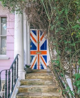 {my favorite door in Notting Hill} I can't believe my @AirbnbExperience comes to an end tomorrow. I've had the best year meeting travelers and making friends from all over the world! Sign up via link in stories if you're looking for a leisurely stroll and a few photos!