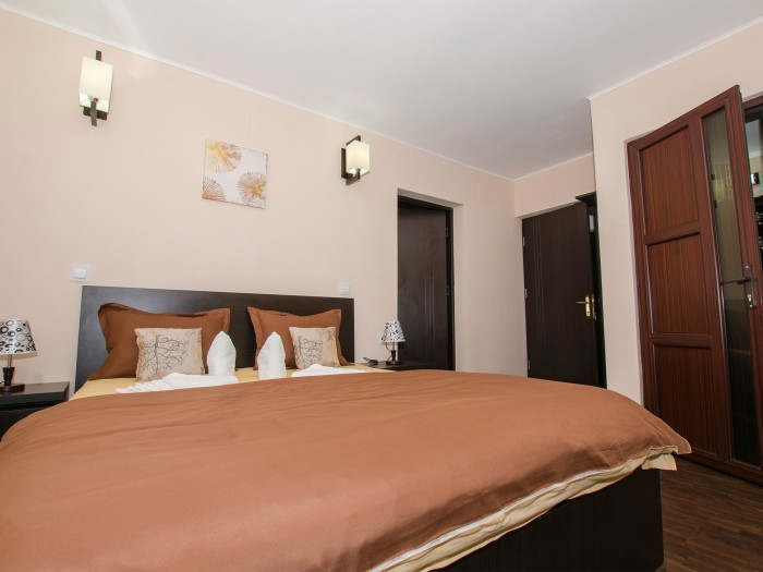 Bed, private bathroom and access to the ground floor family suite