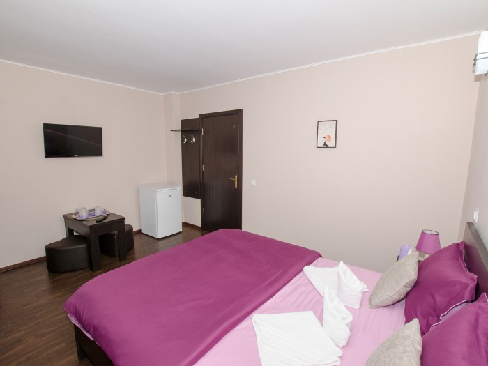 Bed, wardrobe, table and Smart TV in the second room from the ground floor family suite