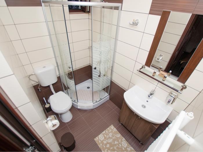 Vedere de ansamblu baie privată în cameră dublă cu balcon şi vedere la munte