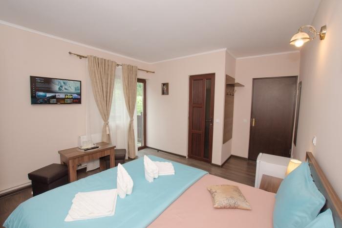 Pat, Smart TV cu Netflix, masă şi baie în cameră dublă cu balcon şi vedere la munte