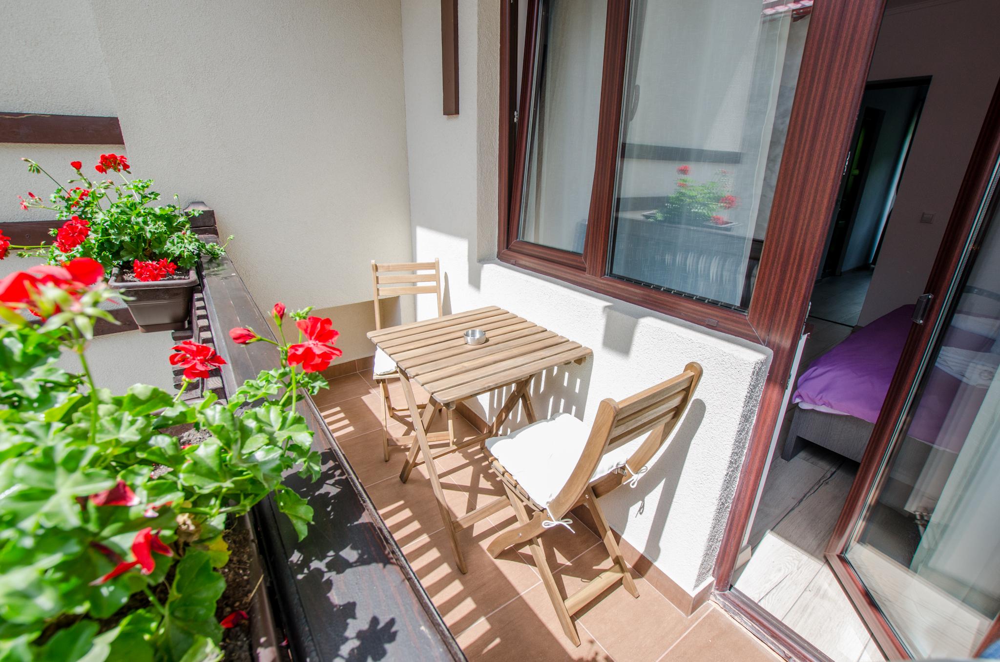 Balcon cu măsuţă şi scaune, în suita de familie de la etaj