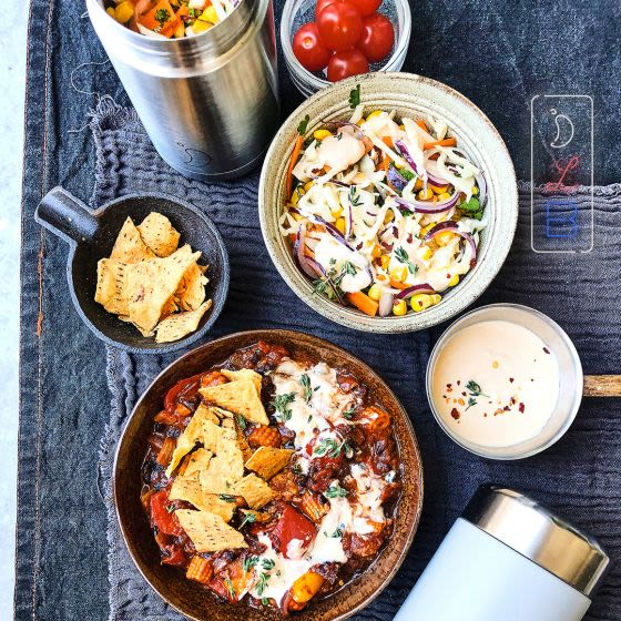 Who loves nachos? We do! Check out Niki's fresh take on a classic sharing dish: Spicy Mexican Beans with Nachos & Crunchy Swe