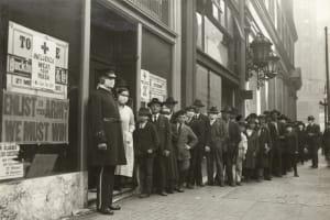 Schlangen stehende Leute, welche Masken kaufen möchten zum Schutz vor der Spanischen Grippe in San Francisco in 1918