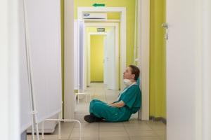 Eine Krankenschwester sitz am Boden eines Krankenhauses in Moskau.