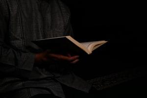 Junger Mann liest Koran.