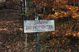 Ein Warnsignal mit der Aufschrift - Danger. Do not enter.