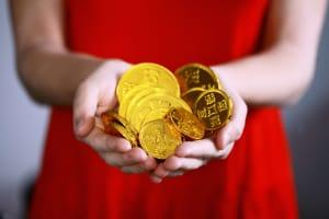 Hand mit Goldtalern.