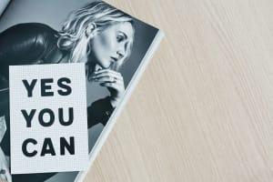 Aufgeschlagenes Heft mit Ausdruck 'Yes you can'