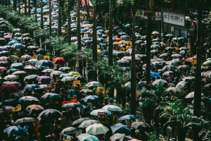 Protestierende Menschenmenge in den Strassen von Hongkong