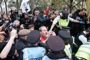 Anhänger von QAnon demonstrieren für Ihre Überzeugung.