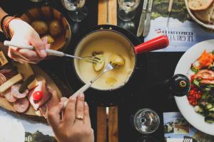 Fondue oder Raclette – Welcher Schmelzkäse schmeckt besser.